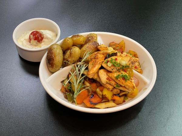 Geröstete Rosmarinkartoffeln & Truthahn mit verschiedenen Gemüsen und Sourcreme