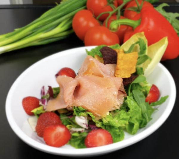 Gebeizter Lachs mit Salaten, Kartoffelrösti Senf-Dillsauce & gekochtem Wachtelei