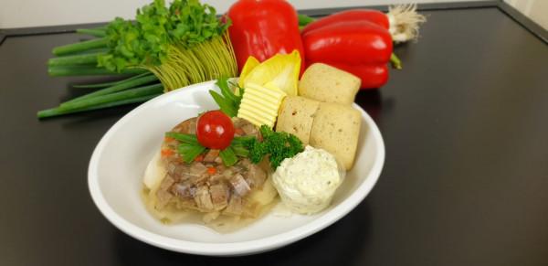 Tafelspitzaspik mit Remouladensauce, Dinkelbrötchen und Butter