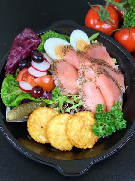 Gebeizter Lachs mit Salaten, Kartoffelrösti Senf-Dillsauce & gekochtem Ei