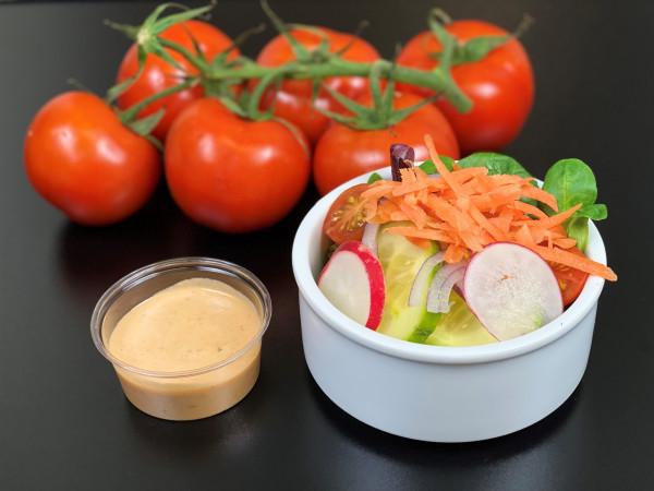 Kleiner Salat mit Tomaten-Joghurtdressing