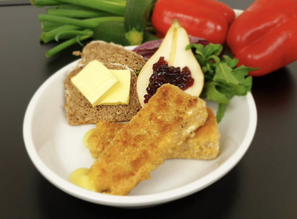 Gebackener Brie mit Preiselbeeren, Kräutersalaten