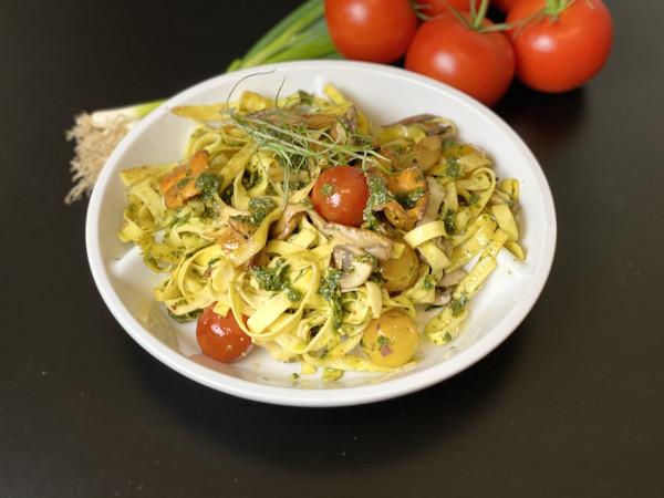 Tagliatelle mit frischen Pilzen, Sherry Tomaten & Pesto