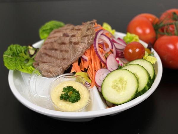 Salatbowle mit Minuten-Roastbeef & Parmesandip
