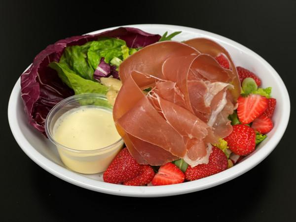 Salatbowle mit Erdbeeren, Spargel, Serranoschinken & Orangen-Joghurtdressing
