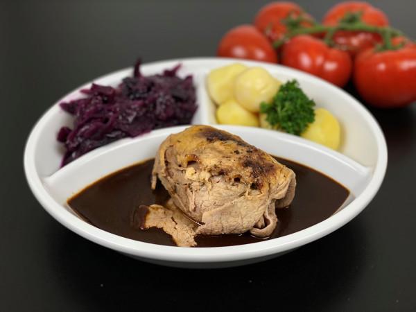Rinderroulade mit Rotweinsauce, Apfelrotkohl und Heidekartoffeln